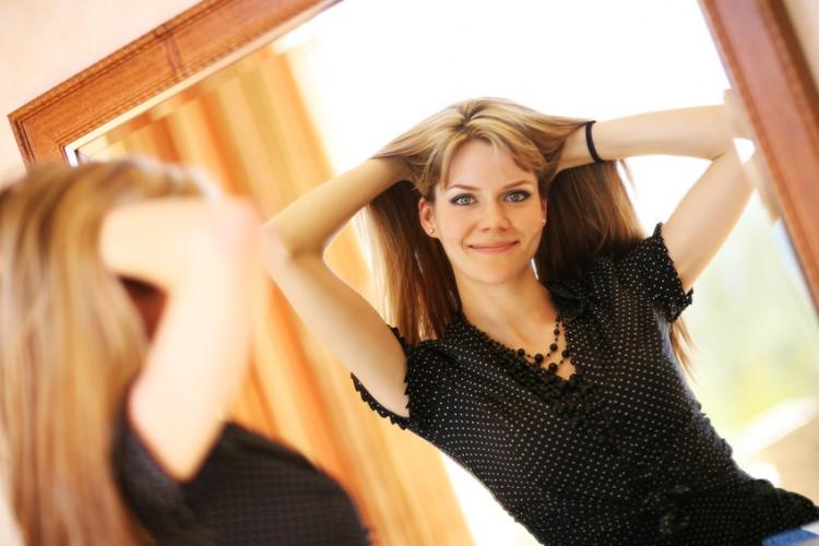 slank kvinde spejler sig