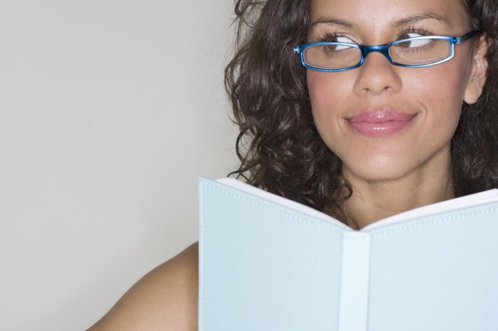 Kvinde læser i bog