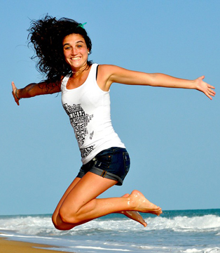 glad-kvinde-springer